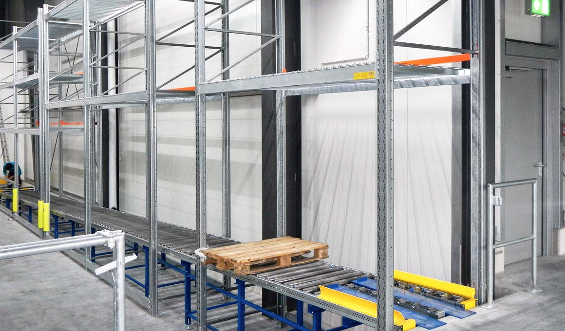 SL100 shelving system with roller conveyor
